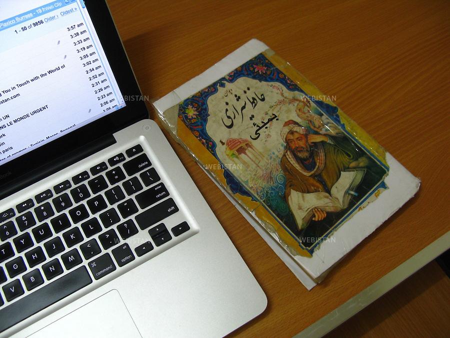 AFGHANISTAN - KABOUL - 25 aout 2009 : bureaux du magazine Malalai, pour les femmes afghanes. Un livre de poemes d'Hafez de Shiraz est pose sur la table. ..AFGHANISTAN - KABUL - August 25th, 2009 : Offices of Malalai, an Afghan women's magazine. A book of poems by Hafez de Shiraz sits on the table