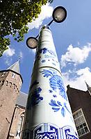 Nederland Delft - Augustus 2018. Het Prinsenhof. Delfts blauwe lantaarnpaal. Deze Delfts blauwe lantaarnpalen zijn het resultaat van een culturele uitwisseling tussen Delft en Jingdezhen, een Chinese keramiekstad. Wendy Steenks (verbonden aan De Koninklijke Porceleyne Fles) en Ling Yun beschilderden in 2009 de lantaarnpalen. De gemeente hoopt dat Delft zich met zulke initiatieven internationaal kan positioneren als keramiekstad.   Foto Berlinda van Dam / Hollandse Hoogte