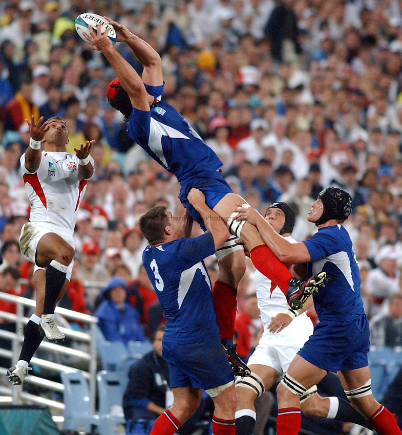 Photo. Steve Holland. .France v England. Semi-final at the Telstra Stadium, Sydney. RWC 2003..16/11/2003..Jason Robinson tries to steal the ball.