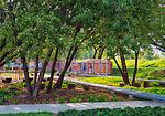 Kraków, 2018-08-29. Park Stacja Wisła - park powstał z inicjatywy mieszkańców Zabłocia. Miejsce odpoczynku i rekreacji w którym znajduję się kino letnie, miejsce na koncerty i targi śniadaniowe, pawilon edukacyjny o a w nim kuchnia i toaleta, sala do warsztatów, taras wypoczynkowy z leżakami oraz naturalny plac zabaw. <br /> Zabłocie - zaniedbana do niedawna prawobrzeżna dzielnica Krakowa, aktualnie jeden z najbardziej dynamicznie rozwijających się obszarów Krakowa. Rewitalizacja i rosnący prestiż tego miejsca, powoduje, że Zabłocie stało się atrakcyjnym terenem dla deweloperów, inwestorów, mieszkańców jak również dla ludzi kultury i sztuki.Powstają tu modne restauracje i puby a mieszkańcy Krakowa coraz częściej wybierają Zabłocie jako miejsce zamieszkania i wypoczynku zamiast ciasnego Starego Miasta i Kazimierza.