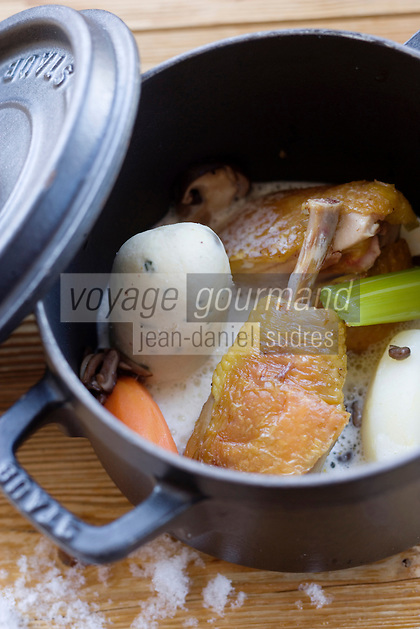 """Europe/France/Rhone-Alpes/73/Savoie/Val-Thorens: Poule au pot avec son boudin de volaille, sauce au vin jaune, petits légumes d'hiver Recette de Jean Sulpice du restaurant """"l'Oxalys"""""""