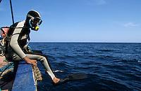 TUNISIA island Kerkennah, sponge diver Ali, fishing boat Monastir II, sponge is a sea animal, diver collect the spong from sea ground in 20 Meter depth, after washing and cleaning the skeleton is sold as bath sponge / TUNESIEN Insel Kerkenna, Schwammtaucher Monastir II im Mittelmeer, der Schwamm ist ein Meerestier, Taucher holen den Schwamm vom Meeresboden aus ca. 20 Meter Tiefe, nach Auswaschen der Zellen erscheint das Skelett, das als Badeschwamm vermarket wird