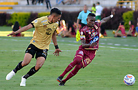 IBAGUÉ - COLOMBIA, 29-09-2018: Christian Alarcon (Der) jugador de Deportes Tolima disputa el balón con Daniel Muñoz (Izq) jugador del Rionegro Aguilas durante partido por la fecha 12 de la Liga Águila II 2018 jugado en el estadio Manuel Murillo Toro de la ciudad de Ibagué. / Christian Alarcon (R) player of Deportes Tolima vies for the ball with Daniel Muñoz (L) player of Rionegro Aguilas during match for the date 12 of the Aguila League II 2018 played at Manuel Murillo Toro stadium in Ibague city. Photo: VizzorImage / Juan Carlos Escobar / Cont