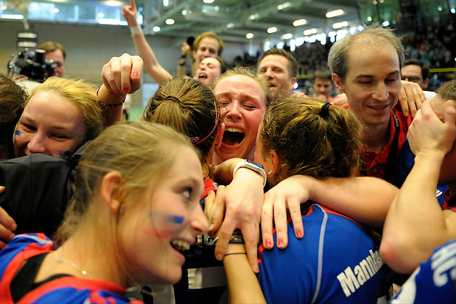 GER - Luebeck, Germany, February 07: Players of Mannheimer HC celebrate after winning the Deutsche Meistertitel in the final of the 1. Bundesliga Damen indoor hockey final match at the Final 4 between Mannheimer HC (blue) and Duesseldorfer HC (white) on February 7, 2016 at Hansehalle Luebeck in Luebeck, Germany. Final score 6-4 after shootout. (Photo by Dirk Markgraf / www.265-images.com) *** Local caption ***