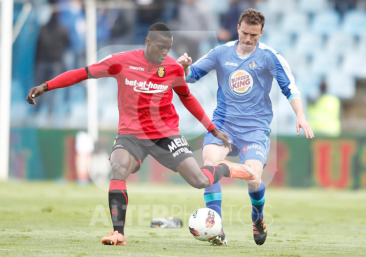 Getafe's Mane against Mallorca's Michael Pereira during La Liga match. April 28, 2012. (ALTERPHOTOS/Alvaro Hernandez)