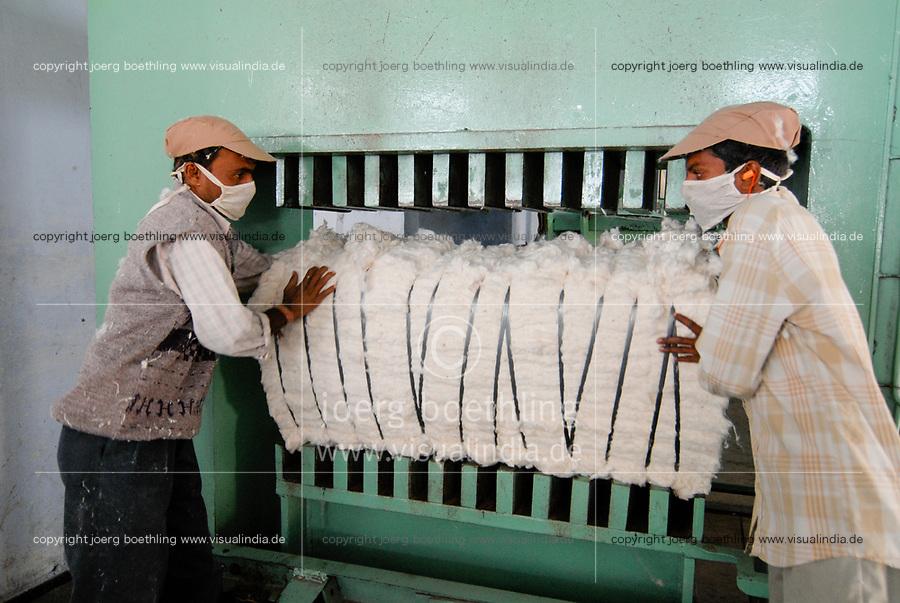 INDIA Madhya Pradesh , organic cotton project in Kasrawad , ginning factory , gbale pressing machine / INDIEN Madhya Pradesh,  Projekt fuer biologischen Anbau von Biobaumwolle in Kasrawad, Entkernungsfabrik, Ballenpresse