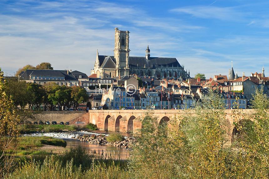 France, Nièvre (58), Nevers, le Pont de Loire et la cité historique autour de  la cathédrale Saint-Cyr-et-Sainte-Julitte // France, Nievre, Nevers, the Pont de Loire and the historic city around the St Cyr et St. Julitte cathedral
