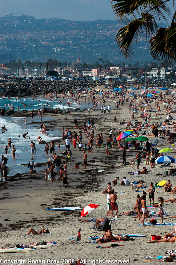 Warm weather brought crowds to the shores of Ocean Beach again this Saturday, July 12 2008.