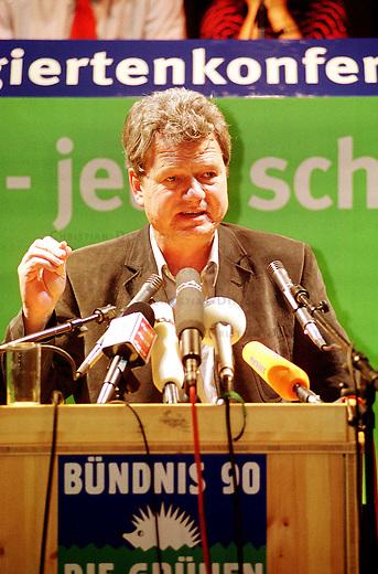 Auf einer Landesdelegiertenkonferenz der Berliner Buendnis-Gruenen stimmten die Delegierten positiv uber das Verhandlungsergebnis der Koalitionsverhandlungen mit der SPD ab. Sie beschlossen sich an einer Uebergangsregierung im Berliner Abgeordnetenhaus zu beteiligen. Die Uebergangsregierung soll die Handlungsfaehigkeit der Stadt bis zu Neuwahlen gewaehrleisten.<br /> Hier: Wolfgang Wieland, Fraktionsvorsitzender im Berliner Abgeordnetenhaus, der von den Delegierten mit grosser Mehrheit fuer den Posten des Justizsenators gewaehlt wurde.<br /> 13.6.2001, Berlin<br /> Copyright: Christian-Ditsch.de<br /> [Inhaltsveraendernde Manipulation des Fotos nur nach ausdruecklicher Genehmigung des Fotografen. Vereinbarungen ueber Abtretung von Persoenlichkeitsrechten/Model Release der abgebildeten Person/Personen liegen nicht vor. NO MODEL RELEASE! Nur fuer Redaktionelle Zwecke. Don't publish without copyright Christian-Ditsch.de, Veroeffentlichung nur mit Fotografennennung, sowie gegen Honorar, MwSt. und Beleg. Konto: I N G - D i B a, IBAN DE58500105175400192269, BIC INGDDEFFXXX, Kontakt: post@christian-ditsch.de<br /> Bei der Bearbeitung der Dateiinformationen darf die Urheberkennzeichnung in den EXIF- und  IPTC-Daten nicht entfernt werden, diese sind in digitalen Medien nach &sect;95c UrhG rechtlich geschuetzt. Der Urhebervermerk wird gemaess &sect;13 UrhG verlangt.]