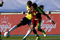 RANCAGUA- CHILE - 14-06-2015: Edwin Valencia (Izq.) jugador de Colombia, disputa el balón con Ronald Vargas (Der.) jugador de Venezuela durante partido Colombia y Venezuela, por la fase de grupos, Grupo C, de la Copa America Chile 2015, en el estadio El Teniente en la Ciudad de Rancagua. / Edwin Valencia (L) player of Colombia, vies for the ball with Ronald Vargas (R) player of Venezuela, during a match between Colombia and Venezuela for the group phase, Group C, of the Copa America Chile 2015, in the El Teniente stadium in Rancagua city. Photos: VizzorImage /  Photosport / Marcelo Hernandez/ Cont.