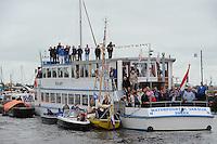 SKUTSJESILEN: GROU: SKS skûtsjesilen, Friese Sporten, 30-07-2011, Fryslân, publiek aan boord van rondvaartboot, Waterpoort, H. van Dijk uit Sneek, ©foto Martin de Jong..