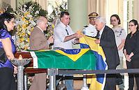 RIO DE JANEIRO, 07 DE DEZEMBRO 2012 - MORTE OSCAR NIEMEYER - Amigos abrem bandeiras durante velorio do arquiteto Oscar Niemeyer no Palacio da Cidade (sede da Prefeitura do Rio de Janeiro) no bairro de Botafogo regiao sul da capital fluminensena manha desta quinta-feira, 07 dezembro. O arquiteto morreu na quarta-feira, 05 dezembro à noite vítima de infecção respiratória, aos 104 anos. FOTO: VANESSA CARVALHO - BRAZIL PHOTO PRESS.