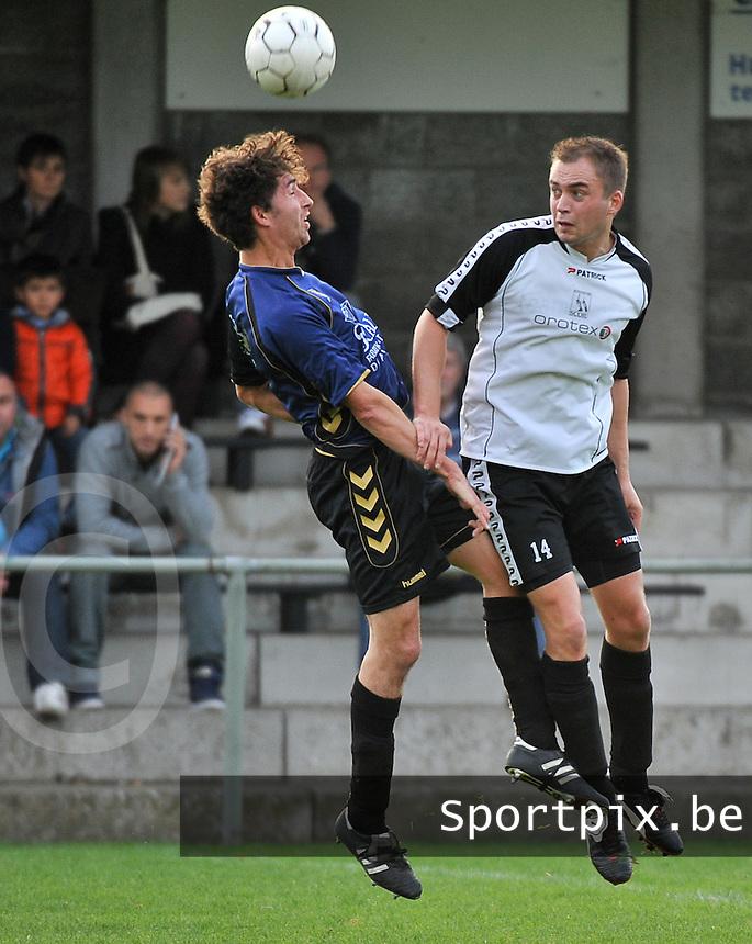 SCOR Oostrozebeke - SV Kortrijk : duel tussen Sam Verhelle (rechts) en Sibren Gysels<br /> foto VDB / Bart Vandenbroucke