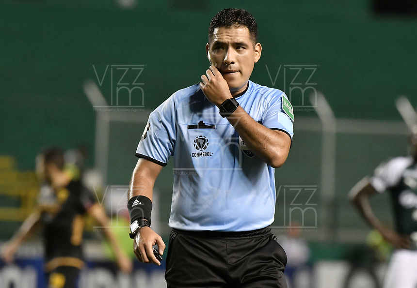 PALMIRA - COLOMBIA, 04-04-2019: Diego Haro (PER), arbitro, durante partido por la primera ronda de la Copa CONMEBOL Sudamericana 2019 entre Deportivo Cali de Colombia y Club Guaraní de Paraguay jugado en el estadio Deportivo Cali de la ciudad de Palmira. / Diego Haro (PER), referee, during match for the first round as part Copa CONMEBOL Sudamericana 2019 between Deportivo Cali of Colombia and Club Guarani of Paraguay played at Deportivo Cali stadium in Palmira city.  Photo: VizzorImage / Gabriel Aponte / Staff