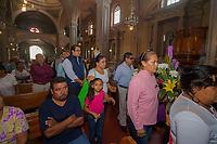 SAN JUAN DEL RIO.,QRO. 24 DE JUNIO DEL 2017.-Al terminar la sesión solemne de cabildo el presidente se dirigió al jardín de los fundadores a realizar la guardia de honor y a recordar a los fundadores de esta ciudad que cumple 487 años de haber sido fundada