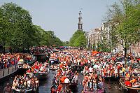 Koningsdag in Amsterdam. Prinsengracht vol met boten.