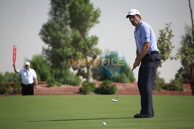 Dubai World Championship Golf. Earth Course,.Jumeirah Golf Estate, Dubai, U.A.E...Padraig Harrington lines up his putt on the 3rd during the first round of the Dubai World Golf championship..Photo: Fran Caffrey/www.golffile.ie...