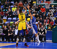 Dwayne Evans (MHP Riesen Ludwigsburg) gegen Shawn Huff (Fraport Skyliners) - 04.02.2018: Fraport Skyliners vs. MHP Riesen Ludwigsburg, Fraport Arena Frankfurt