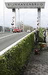 Foto: VidiPhoto<br /> <br /> ALPHEN A/D RIJN &ndash; Medewerkers van Lex van Wijk Hoveniers uit Zoetermeer vergroenen maandag de nieuwe Rijnhavenbrug in Alphen aan de Rijn. In opdracht van de gemeente wordt de kale, betonnen zijwand, die de rijbaan van het voetpad scheidt, over ruim 100 meter lengte &lsquo;bekleed&rsquo; met Euonymus (kardinaalsmuts) kant en klaar hagen van Mobilane uit Leersum. De vergroening maakt deel uit van de totale vervanging van de Rijnhavenbrug. Om de bereikbaarheid over water van de Rijnhaven verder te verbeteren is de brug aanzienlijk verhoogd tot een vrije doorvaarthoogte van 2,45 meter. De ophaalburg hoeft dus niet meer omhoog om sloepen en kleine motorbootjes doorgang te bieden. Het is de bedoeling de Rijnhaven verder te ontwikkelen en geschikt te maken als jachthaven.