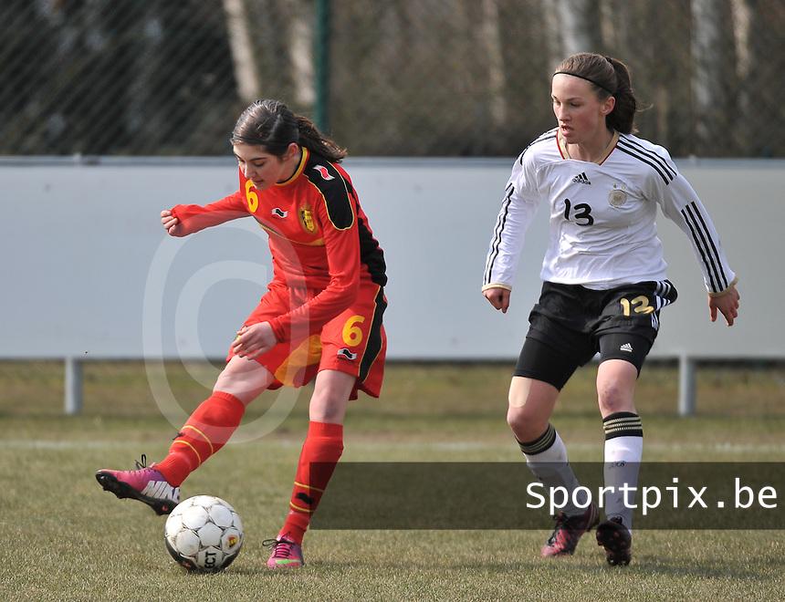 Belgie U17 - Duitsland U17 : Noemie Gelders aan de bal voor Michaela Brandenburg (rechts).foto DAVID CATRY / Vrouwenteam.be