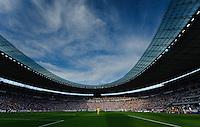 Fussball Bundesliga Saison 2011/2012 1. Spieltag Hertha BSC Berlin - 1. FC Nuernberg Spielgeschehen im Berliner Olympiastadion bei herrlicher Abendsonne und tiefblauem Himmel.