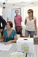 Roma 29 Agosto 2012.Largo Argentina.Raccolta firme per 8 Referendum sul miglioramento di  Roma .Campagna Roma si Muove..