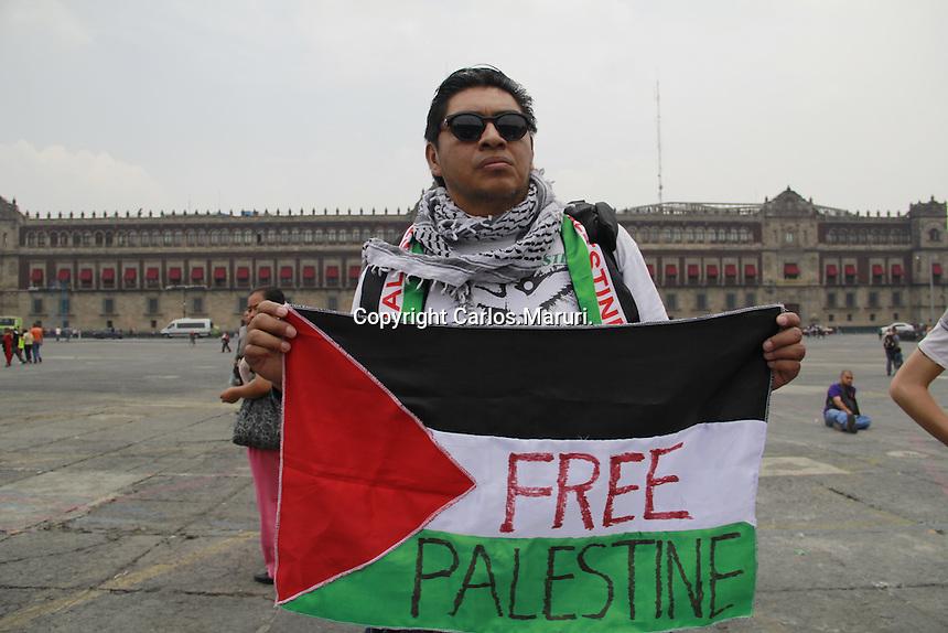 M&eacute;xico D.F, 15/Julio/2014. <br /> Se realiza Cadena de Razones por la PAZ en PALESTINA en la Plaza de la Constituci&oacute;n en la Capital de la Ciudad de M&eacute;xico en donde decenas de personas escribieron mensajes de solidaridad a palestina.<br /> <br /> Foto: Carlos Maruri / Obture Press Agency.