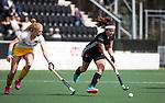 AMSTELVEEN - Hockey - Hoofdklasse competitie dames. AMSTERDAM-DEN BOSCH (3-1) Noor de Baat (A'dam) met links Margot van Geffen (Den Bosch) .  COPYRIGHT KOEN SUYK
