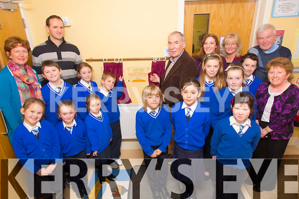 Weeshie Fogarty of Radio Kerry Sport unveiling a plaque which the school received for Excellence in Science Award at Sliamh A'Madra Ballyduff on Thursday. Pictured Ellen Keane, Niamh Jane Condon, Ava O'Carroll, Darragh Moriarty, Norma O'Carroll, A.J. Enright, Lauren McGrath, Maurice O'Connor. Alex Freemantle, Abby Connolly, Tara Reidy, Weeshie Fogarty, Ava Joy, Caoimhe Flavin, Keith Flynn, Mary Wallace, Rita Goulding, Fr. Brendan Walsh, Breda O'Dwyer (Principal)