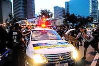 SÃO PAULO, SP - 25.01.2014 - PRIMEIRO PROTESTO CONTA COPA - Durante o protesto contra copa manifestantes tenta virar um carro da GCM  proximo a Praça Roosenvelt..(Foto: Adriano Lima / Brazil Photo Press)