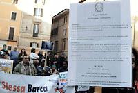 Roma, 25 Gennaio 2017<br /> Manifestanti consegnano simbolicamente il foglio di via al ministro dell'interno  Marco Minniti. <br /> <br /> Protesta al Pantheon di migranti, rifugiati e richiedenti asilo contro le politiche del Governo e del ministro dell'interno in tema di immigrazione.