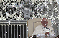 Papa Francesco osserva lo spettacolo di un circo durante l'udienza generale del mercoledi' in Piazza San Pietro, Citta' del Vaticano, 20 giugno, 2018.<br /> Pope Francis observes the spectacle of a circus during his weekly general audience in St. Peter's Square at the Vatican, on June 20, 2018.<br /> UPDATE IMAGES PRESS/Isabella Bonotto<br /> <br /> STRICTLY ONLY FOR EDITORIAL USE