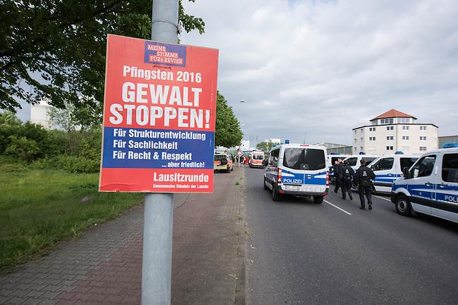 Klimacamp &quot;Ende Gelaende&quot; bei Proschim in der brandenburgischen Lausitz.<br /> Mehrere tausend Klimaaktivisten  aus Europa wollen zwischen dem 13. Mai und dem 16. Mai 2016 mit Aktionen den Braunkohletagebau blockieren um gegen die Nutzung fossiler Energie zu protestieren.<br /> Mehrere hundert Aktivisten stuermten am Nachmittag des 14. Mai das Gelaende des Kraftwerk Schwarze Pumpe. Die Polizei kam nach ca. 20 Minuten auf das Werksgaende und die Aktitivisten vierliessen das Gelaende wieder. Ca. 60 Personen wurden danach von der Polizei festgenommen.<br /> Im Bild: Polizei vor dem Kraftwerksgelaende. Das Plakat &quot;Gewalt stoppen!&quot; wurde nach Anwohneraussagen von der Gewerkschaft IGBCE unter dem Tarnnamen eines angeblichen Buendnisses &quot;Lausitzrunde - Kommunales Buendnis der Lausitz&quot; gedruckt und rund um das Kraftwerksgelaende aufgehaengt.<br /> 14.5.2016, Schwarze Pumpe/Brandenburg<br /> Copyright: Christian-Ditsch.de<br /> [Inhaltsveraendernde Manipulation des Fotos nur nach ausdruecklicher Genehmigung des Fotografen. Vereinbarungen ueber Abtretung von Persoenlichkeitsrechten/Model Release der abgebildeten Person/Personen liegen nicht vor. NO MODEL RELEASE! Nur fuer Redaktionelle Zwecke. Don't publish without copyright Christian-Ditsch.de, Veroeffentlichung nur mit Fotografennennung, sowie gegen Honorar, MwSt. und Beleg. Konto: I N G - D i B a, IBAN DE58500105175400192269, BIC INGDDEFFXXX, Kontakt: post@christian-ditsch.de<br /> Bei der Bearbeitung der Dateiinformationen darf die Urheberkennzeichnung in den EXIF- und  IPTC-Daten nicht entfernt werden, diese sind in digitalen Medien nach &sect;95c UrhG rechtlich geschuetzt. Der Urhebervermerk wird gemaess &sect;13 UrhG verlangt.]