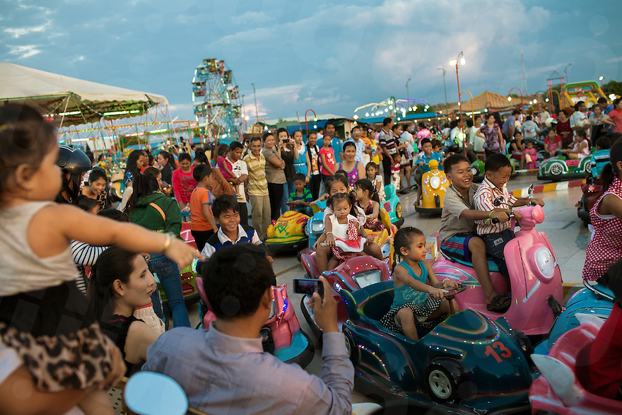 November 29, 2011 - Phnom Penh. Cambodian people enjoy the amusement Park built on the Diamond Island. © Thomas Cristofoletti / Ruom