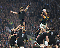 Eben Etzebeth of South Africa secures the long lineout ball against Samuel Whitelock of New Zealand during the Semi Final of the Rugby World Cup 2015 between South Africa and New Zealand - 24/10/2015 - Twickenham Stadium, London<br /> Mandatory Credit: Rob Munro/Stewart Communications