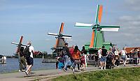 Nederland -  Zaanstad Zaanse Schans - 2019.   Molens aan de Zaan. De groene molen is de Gekroonde Poelenburg. Houtzaagmolen.   Foto Berlinda van Dam / Hollandse Hoogte