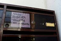 Roma, 7 Dicembre 2016<br /> Casseta della posta con il nome dell'onorevole Roberta Lombardi<br /> Presidio contro lo sfratto di Roberta Maggi una donna disoccupata con 2 bambini in Via Fillia, periferia di Roma.<br /> Nel presidio la deputata Roberta Lombardi del Movimento 5 Stelle che per prevenire lo sfratto  nel luglio 2015 aveva stabilito la sua residenza parlamentare presso l'abitazione della signora Maggi.<br /> <br /> <br /> Gli immobili dei Piani di Zona sono stati realizzati per essere assegnati a famiglie in emergenza abitativa, su terreno del Comune di Roma e con il contributo di finanziamenti pubblici. Ma gli inquilini o gli acquirenti subiscono sfratti per morosità dopo aver pagato per anni dei canoni di locazione o prezzi di vendita molto più alti di quelli del libero mercato, talvolta per alloggi senza abitabilità, senza servizi e senza allaccio in fogna.
