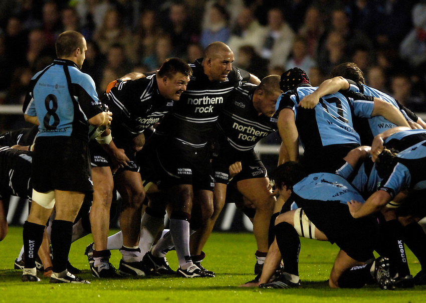 Photo: Jed Wee..Newcastle Falcons v Glasgow. Pre Season Friendly. 25/08/2006...Newcastle forwards prepare to pack down, Newcastle front row, David Wilson (L) and Andy Long.