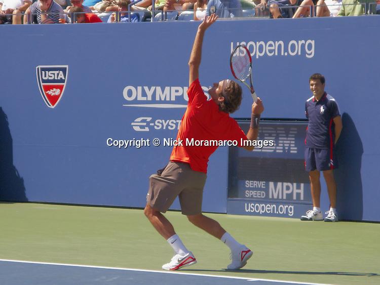 Roger Federer serving at U S Open 2008