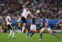 FUSSBALL EURO 2016 VIERTELFINALE IN BORDEAUX Deutschland - Italien      02.07.2016 Jerome Boateng  (li) und Mats Hummels (2.v.l., beide Deutschland) gegen Graziano Pelle (re, Italien)