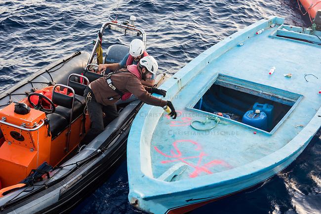 Sea Watch-2.<br /> Die Sea Watch-2 bei ihrer 13. SAR-Mission vor der libyschen Kueste.<br /> Im Bild: Ein Holzboot wird von einem Crewmitglied der Sea Watch-2 als &quot;sicher geborgen&quot; markiert.<br /> 21.10.2016, Mediterranean Sea<br /> Copyright: Christian-Ditsch.de<br /> [Inhaltsveraendernde Manipulation des Fotos nur nach ausdruecklicher Genehmigung des Fotografen. Vereinbarungen ueber Abtretung von Persoenlichkeitsrechten/Model Release der abgebildeten Person/Personen liegen nicht vor. NO MODEL RELEASE! Nur fuer Redaktionelle Zwecke. Don't publish without copyright Christian-Ditsch.de, Veroeffentlichung nur mit Fotografennennung, sowie gegen Honorar, MwSt. und Beleg. Konto: I N G - D i B a, IBAN DE58500105175400192269, BIC INGDDEFFXXX, Kontakt: post@christian-ditsch.de<br /> Bei der Bearbeitung der Dateiinformationen darf die Urheberkennzeichnung in den EXIF- und  IPTC-Daten nicht entfernt werden, diese sind in digitalen Medien nach &sect;95c UrhG rechtlich geschuetzt. Der Urhebervermerk wird gemaess &sect;13 UrhG verlangt.]
