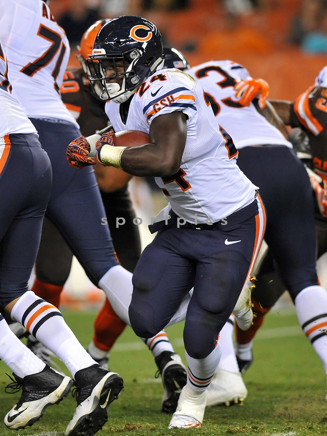 CLEVELAND, OH - SEPTEMBER 1, 2016: Running back Jordan Howard #24 of the Chicago Bears carries the ball in the fourth quarter of a game on September 1, 2016 against the Cleveland Browns at FirstEnergy Stadium in Cleveland, Ohio. Chicago won 21-7. (Photo by: 2016 Nick Cammett/Diamond Images)  *** Local Caption *** Jordan Howard
