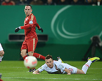 FUSSBALL  DFB-POKAL  ACHTELFINALE  SAISON 2012/2013    FC Augsburg - FC Bayern Muenchen        18.12.2012 Franck Ribery (li, FC Bayern Muenchen) gegen Ronny Philp (FC Augsburg)