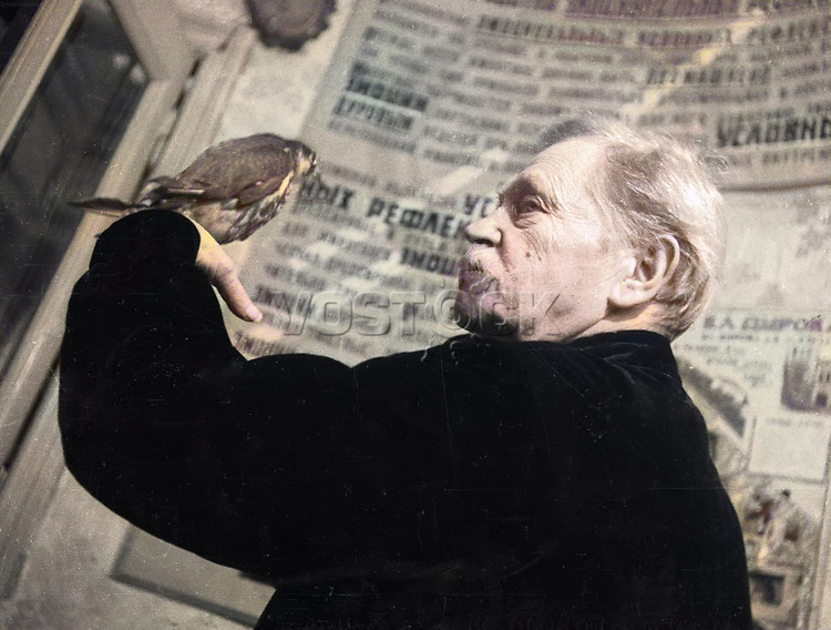 People s artist of RSFSR Vladimir Durov with trained parrot.