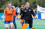 BLOEMENDAAL - keeper Danique Visser (Bl'daal)  met Kiki Rozemeijer (Bl'daal)   na de  2e play out wedstrijd tussen Bloemendaal-HGC dames (2-0). COPYRIGHT KOEN SUYK