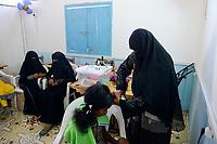 DJIBOUTI , Obock, refugee camp Markazi for yemeni war refugees, NGO hairdressing traing class for women and girls / DSCHIBUTI, Obock, Fluechtlingslager Markazi fuer jemenitische Fluechtlinge, Naeh-, Friseur-und Kosmetik Klasse einer NGO