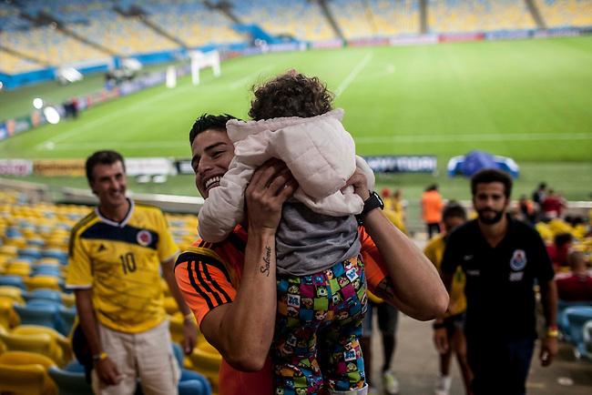 El volante  de la Selecci&oacute;n Colombia James Rodriguez saluda a su hija Salome, despu&eacute;s del partido de octavos de final que Colombia le gan&oacute; a Uruguay 2 a 0, en  el estadio Maracan&aacute;, en Rio de Janeielro, el 28  de junio de 2014.<br /> <br /> Foto: Joaquin Sarmiento/Archivolatino<br /> <br /> COPYRIGHT: Archivolatino<br /> Solo para uso editorial. No esta permitida su venta o uso comercial.