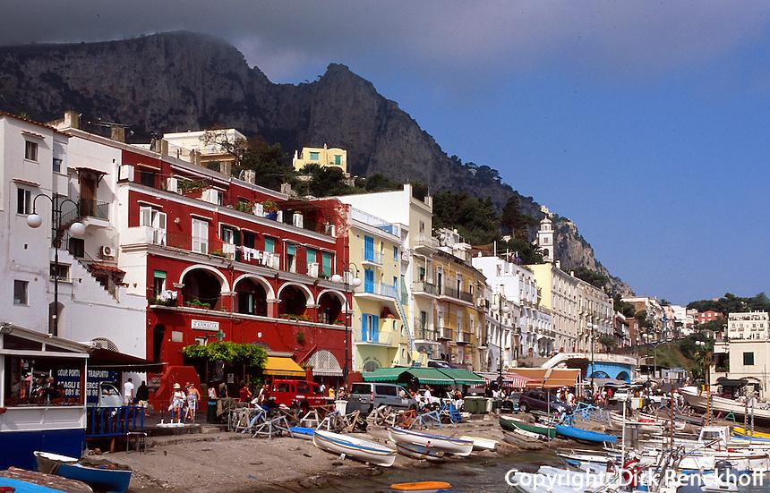 Italien, Capri, Häuser und Hafen in Marina Grande