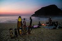 RIO DE JANEIRO 14.02.2014 - Jovens se preparam para assistir o amanhecer desta sexta-feira na praia do Recreio, zona oeste da cidade, que terá mais um dia de sol e calor. (Foto: Néstor J. Beremblum / Brazil Photo Press)