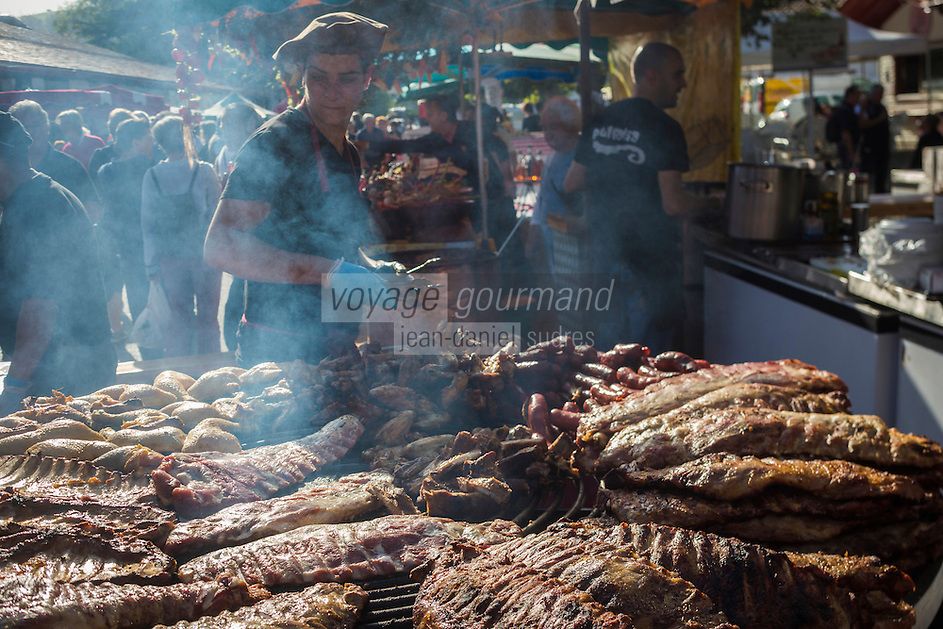 France, Aquitaine, Pyrénées-Atlantiques, Pays Basque, Espelette: Parrillada pendant la fête du piment d'Espelette //  France, Pyrenees Atlantiques, Basque Country, Espelette:  Parrillada during Espelette pepper festival